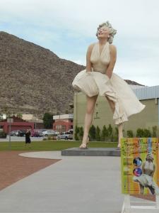 Iso Marilyn-patsas (tämä nyt ei ehkä kuulunut niihin tyylikkäimpiin yksityiskohtiin)