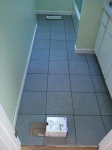 Vieraskylppärin lattia (joo, seinien mintunvihreä väri ei ole lopullinen. Nyt vaan loppui tältä erää remonttihalut. Jatketaan myöhemmin.)
