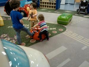 Lentokentän leikkipaikalla menomatkalla
