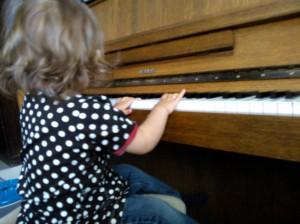Ensimmäinen pianotunti äidin opettajalta