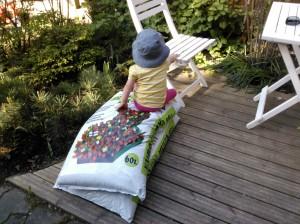 Mummia piti auttaa puutarhahommissa