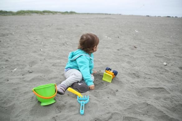 Voi rannalla leikkiä vaikka olisi vähän viileämpikin.