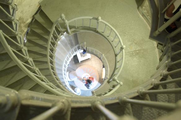 Majakan korkeisiin portaisiin ei saanut mennä kantorinkan kanssa, isä ja lapsi kurkistaa siis alhaalta