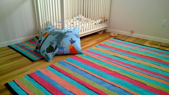 Vihdoinkin lastenhuoneessa on väriä! Tulevan viikonlopun projektina on vihdoin saada verhotangot seinään (verhot on jo olemassa, samaa kangasta kuin nuo tyynyt)
