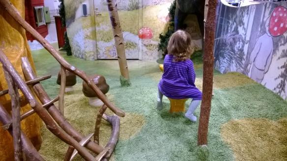 Välillä pitää päästä jaloittelemaan (leikkipaikka Arlandan kentällä)