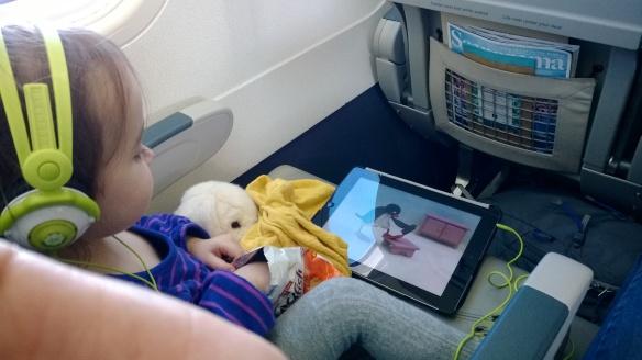 Lentomatkan oleelliset: Pinguja tabletilla, käsi kultakalapussissa ja koira&unirätti kainalossa. Näillä mentiin :)