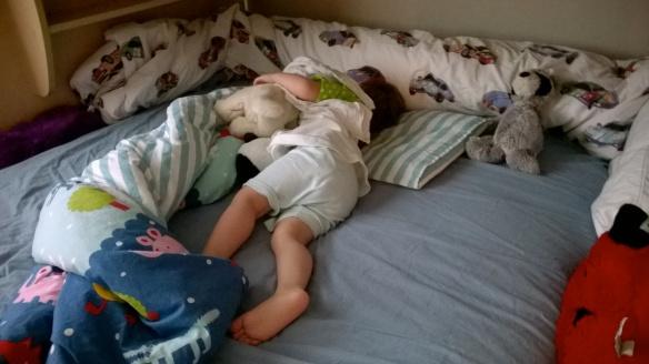 Evakkoretkellä uusia virstanpylväitä - ensimmäinen yö isojen lasten sängyssä!